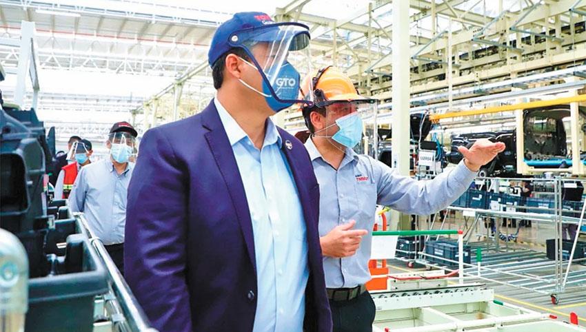 Governor Rodríguez tours the Toyota plant in Apaseo el Grande.