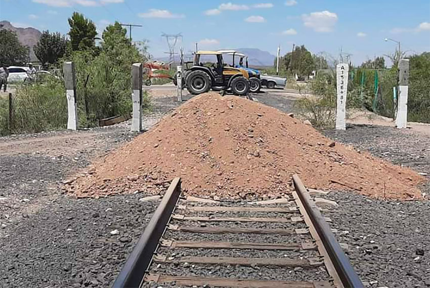 Farmers have blocked tracks in Meoqui, Chihuahua.