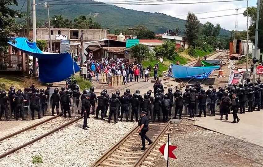A show of force by police at a rail blockade in Michoacán.