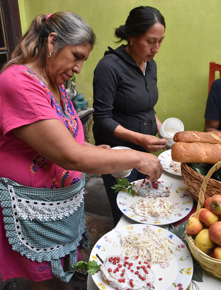 The final stage in the preparation of chiles en nogada.