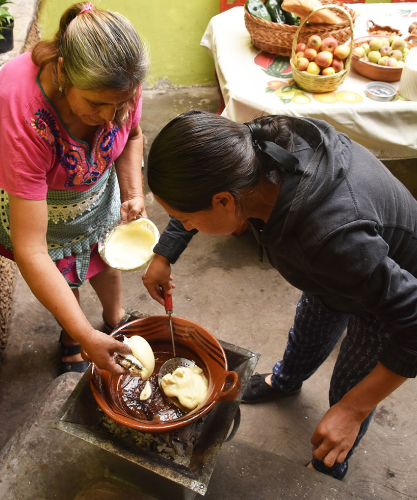 Fernández and her daughter fry the chiles.
