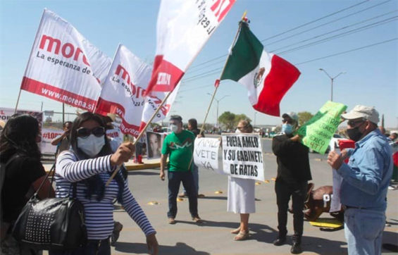 The president's supporters and detractors welcomed him to Chihuahua on Friday.