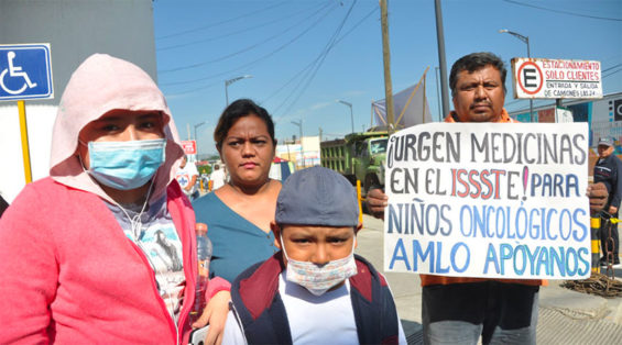 Children and parents protest medications shortage in Oaxaca