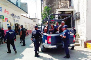 Police in Puerto Escondido round up maskless scofflaws.