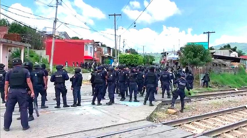 Police on the tracks in Uruapan, Michoacán.
