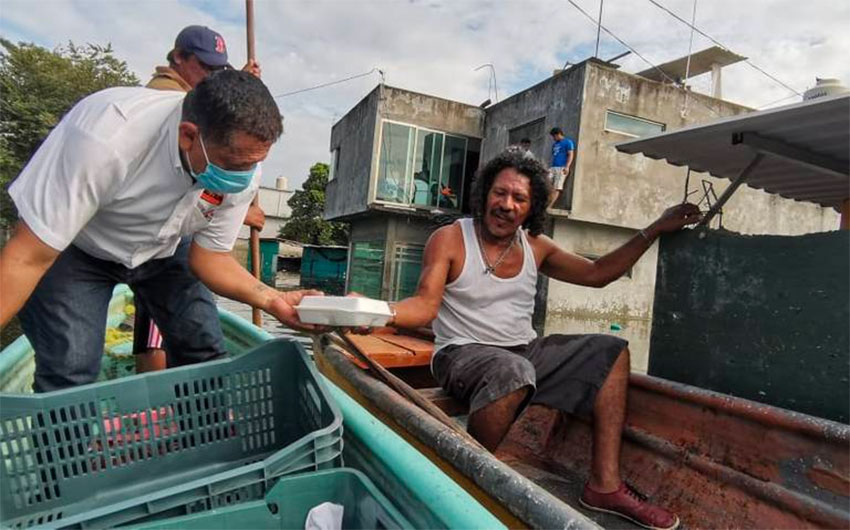 Aid is delivered by boat to flood victims in Tabasco.