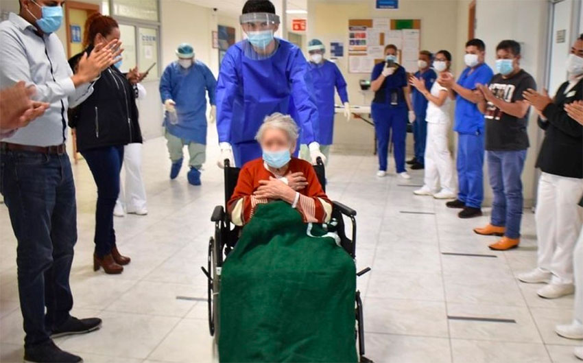 Leonor leaves a Monterrey hospital to the applause of staff.