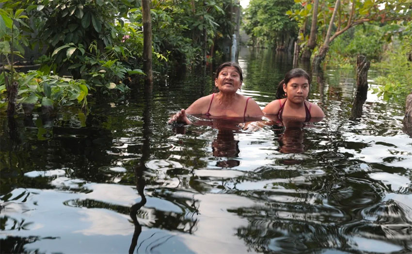 Residents of Caparroso, chest deep in floodwaters.