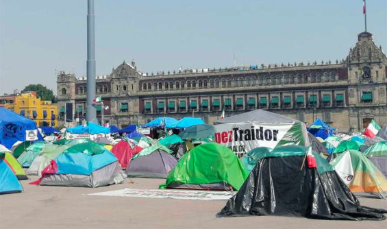 Frenaaa supporters' tents in the Mexico City zócalo.