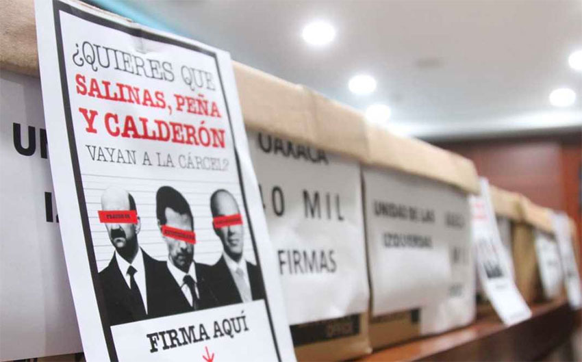 'Do you want Salinas, Peña and Calderón to go to jail?' reads the sign seeking signatories for the petition