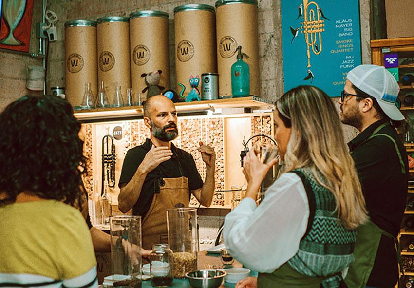 Michael Boudey dirige un taller de experiencia cervecera.