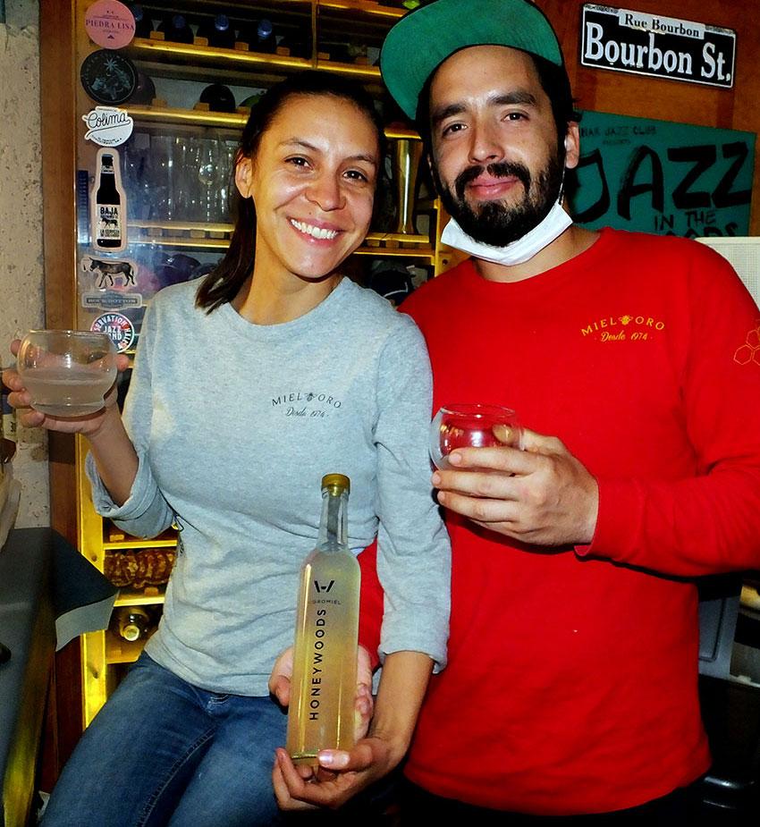 Ivel Orozco y Alejandro Pineda de Mieloro de Jalisco suministran miel fina para la nueva línea de hidromiel de Beer in the Woods.