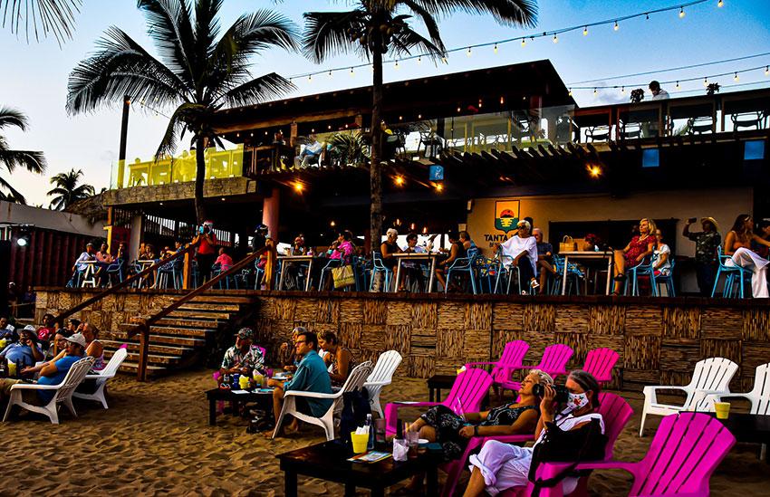 Concert-goers Monday at Tanta Vida restaurant.