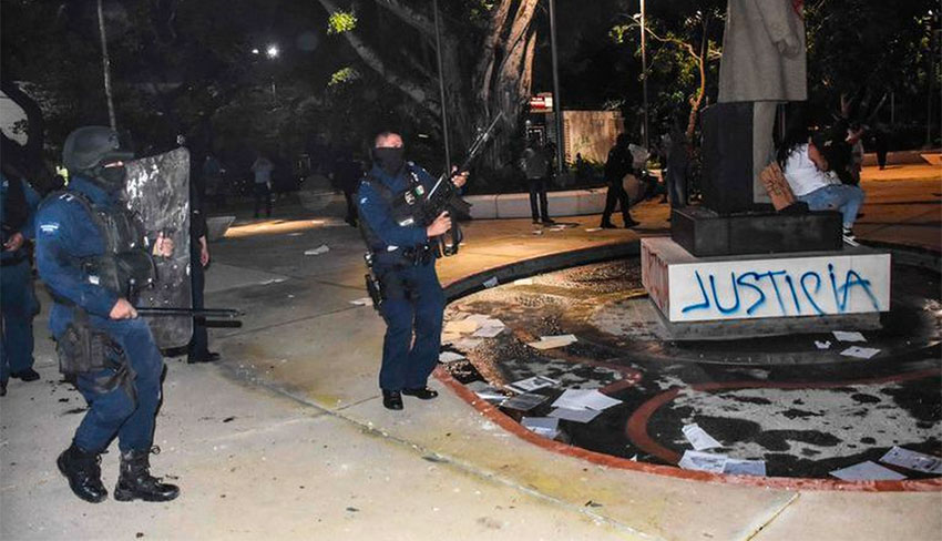11 Cancún cops face charges for aggression during women's protest thumbnail