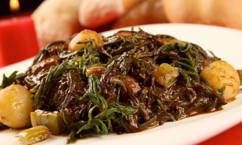 Los romeritos, que alguna vez fueron una comida vegetariana indígena, ahora se hacen a menudo con camarones.