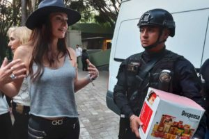 Yo Amo Polanco distributing food packages to local police.