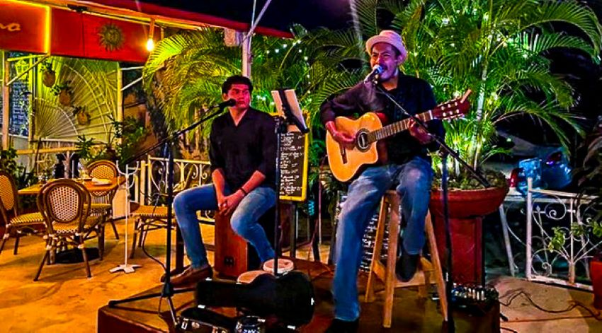Bistro Soleiado features live music in the evenings.