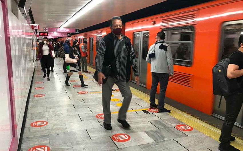 Metro passengers at the Pino Suárez station on Line 1.