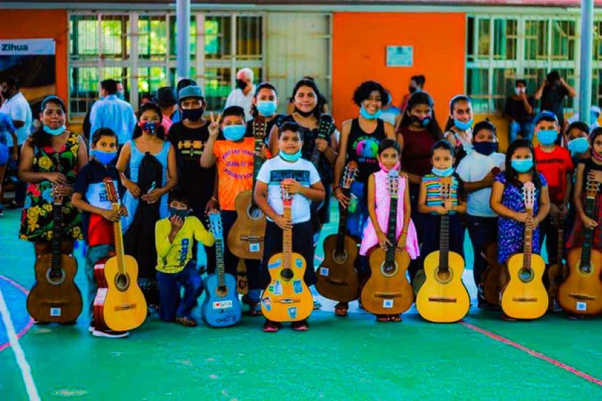 One of Antunez's six neighborhood guitar classes.