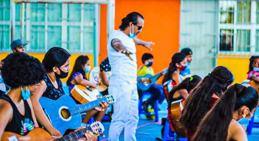Juan Rubén Antúnez teaches guitar to students in poor neighborhoods for free.