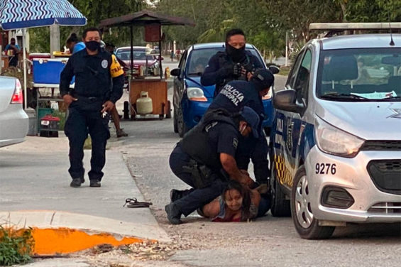 A police officer in Tulum pins down the woman who died during her arrest.