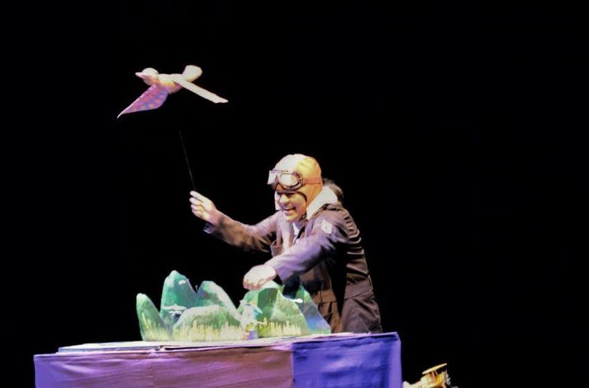 Ángel Ledezma onstage, acting as a narrator.