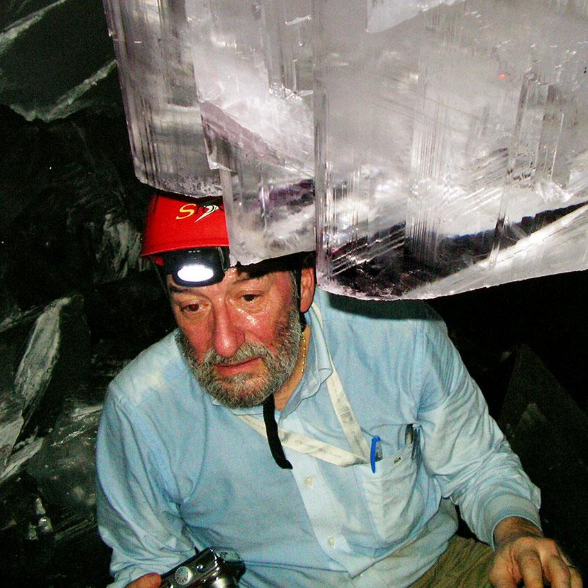El mineralogista Pavlo Fordi dentro de la cueva sin un traje de enfriamiento.