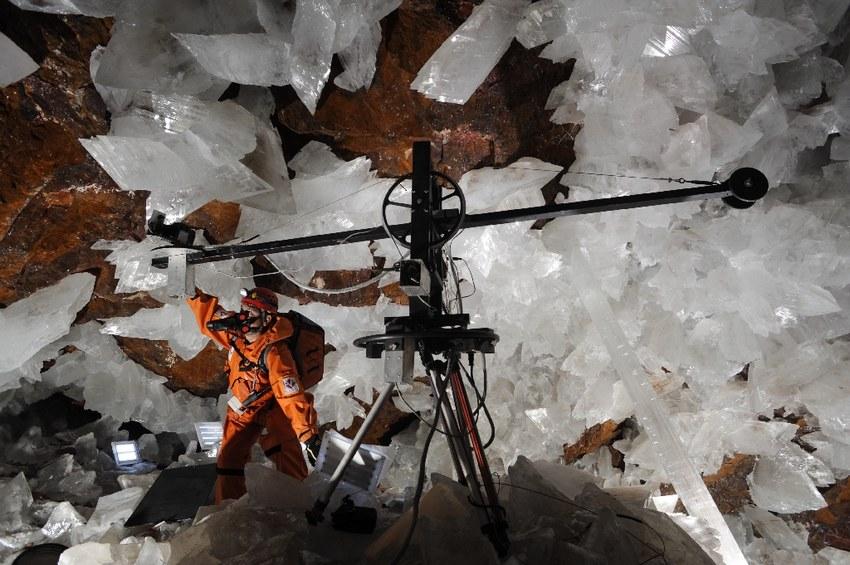 Debido al calor, la cámara robótica del cineasta mexicano Gonzalo Infante tuvo que filmar su documental sobre un fotograma en una cueva a la vez.