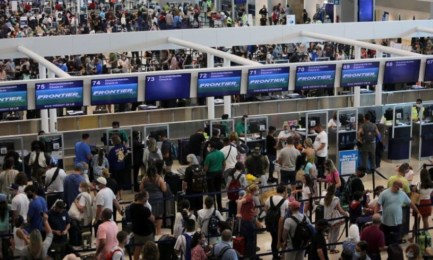 Crowds at Cancún International Airport