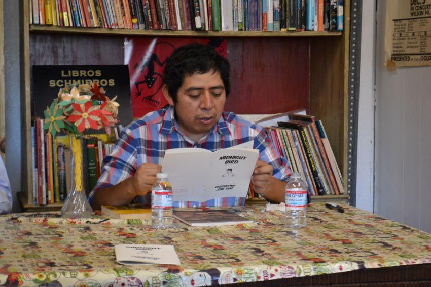 José lee un álbum de recortes de una de sus historias en un evento en la Biblioteca Libros Schmibros en Los Ángeles, California.