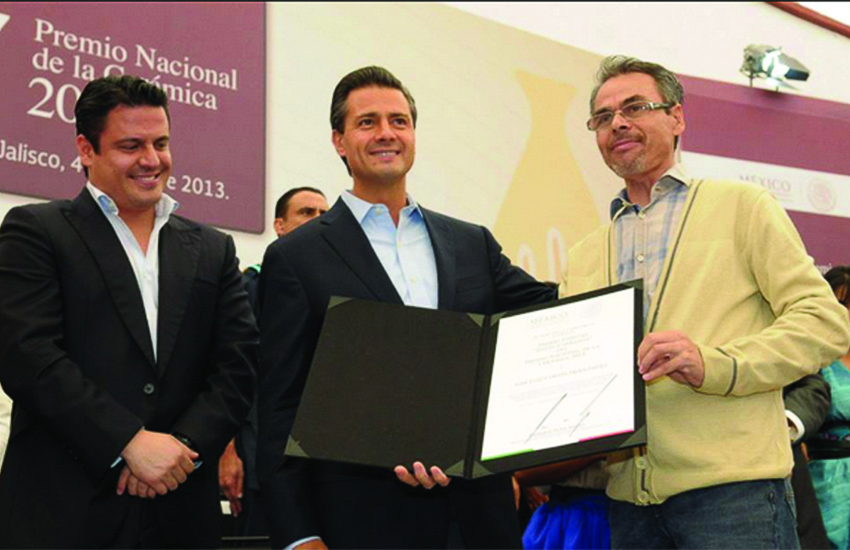 Cortéz, right, winning the National Ceramic Prize of Tlaquepaque in Jalisco in 2013, handed to him by former Mexican president Enrique Peña Nieto, center.