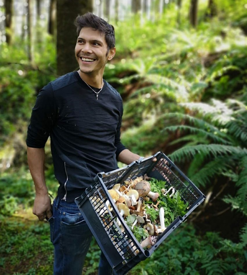 Food foraging educational tours in the woods are part of the Cubo experience.