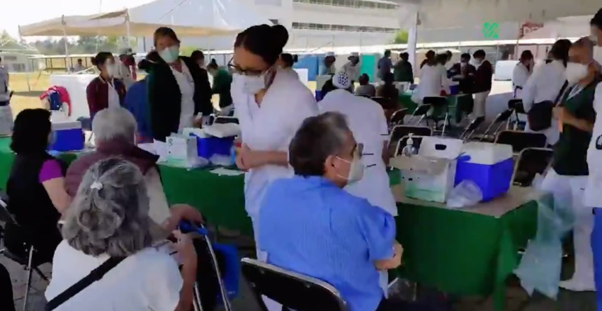 Oscar Sánchez (in blue) was given the nonexistent vaccine by a volunteer nursing student.