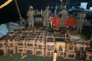 Marines and the cocaine seized off Nayarit.