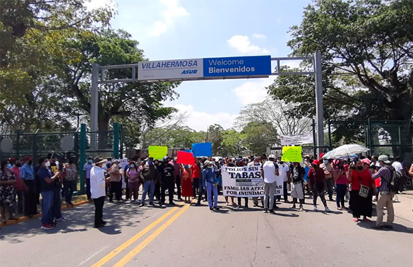 Protesters wait for the president in Villahermosa.