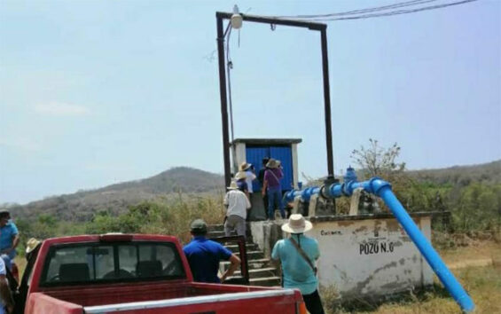 The mayor and his supporters turn off the water Sunday to Puerto Escondido.