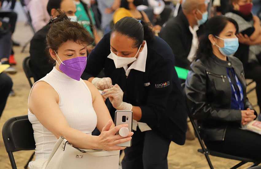Woman gets vaccinated in México state