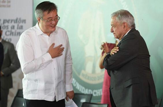 President López Obrador with China's ambassador to Mexico, Zhu Qingqiao, on Monday in Torreón.