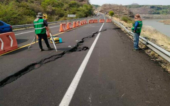 The crack that appeared this week on a major highway in Michoacán.
