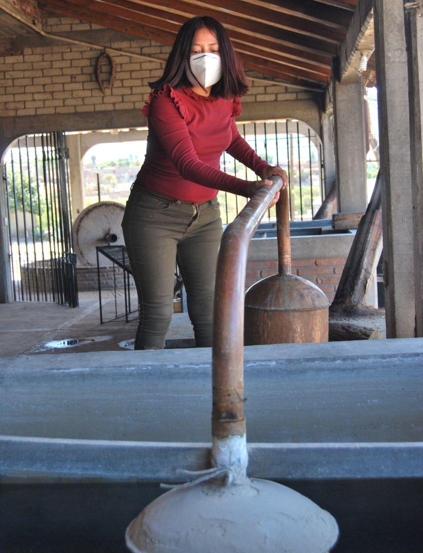 Lidia Hernández distilling