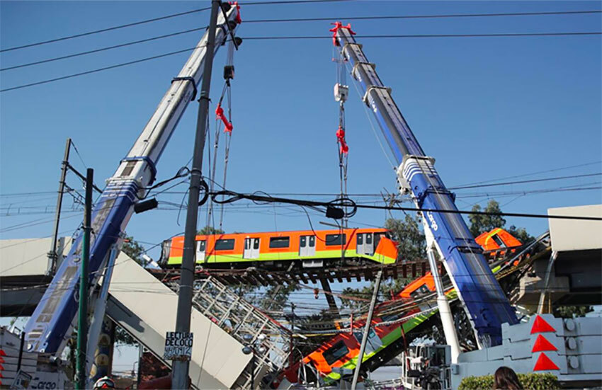Cranes pick up a Metro carriage after Monday's accident