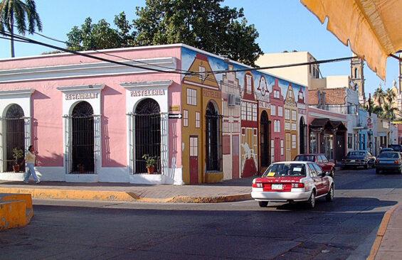 Calle Benito Juárez en Mazatlán center.