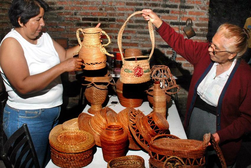 Marina Bañuelos with its pine needle crafts