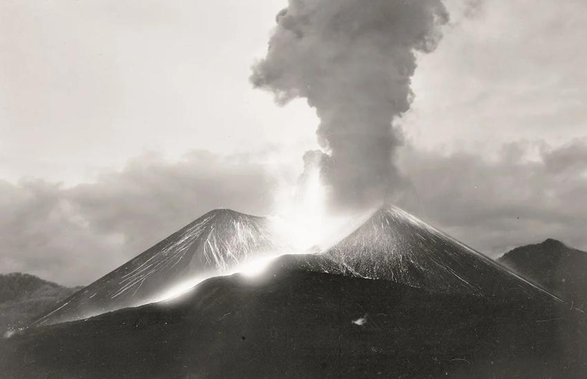 Paricutín volcano erupting 1943