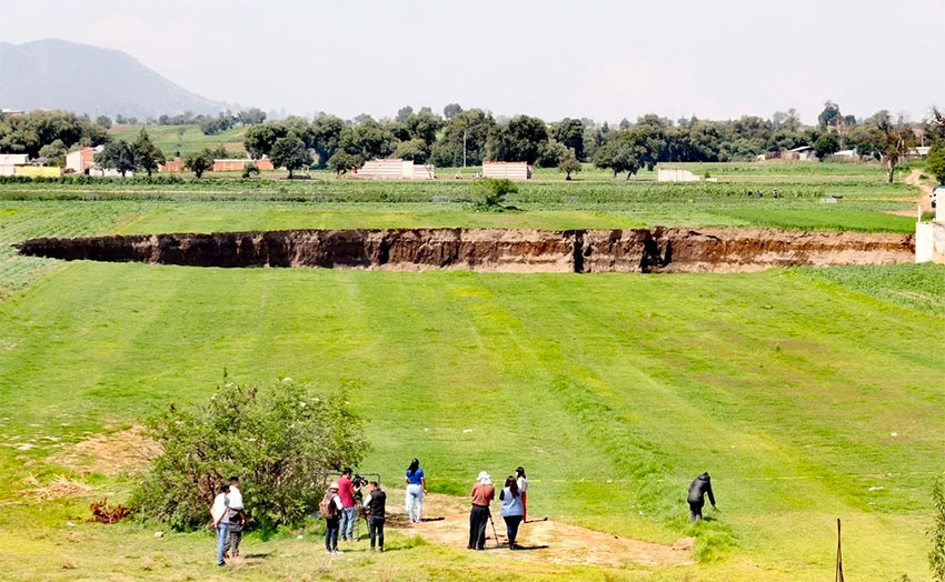 The growing sinkhole in Puebla continues to attract visitors.