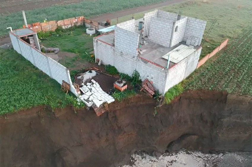 Growing sinkhole threatens to destroy this house in Puebla.