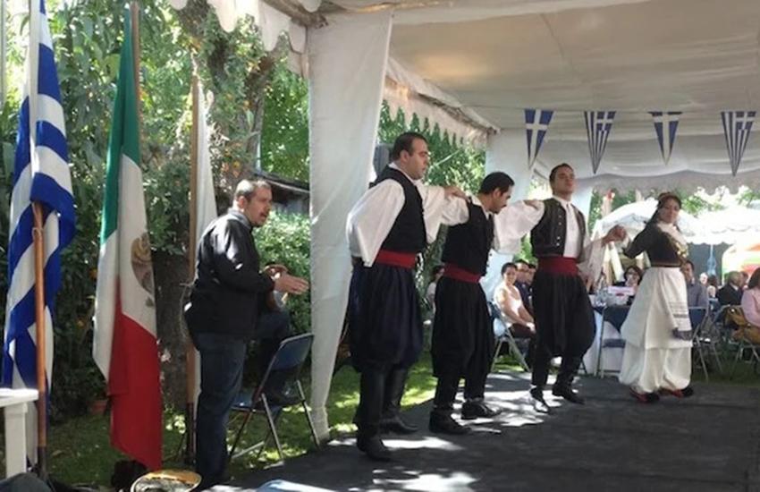 Los griegos mexicanos celebran el Día de la Independencia de Grecia en la Ciudad de México.