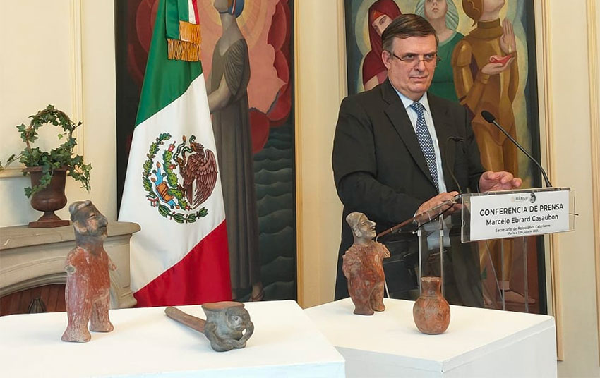 Foreign Minister Ebrard and the four pieces on display at a ceremony Friday in Paris.