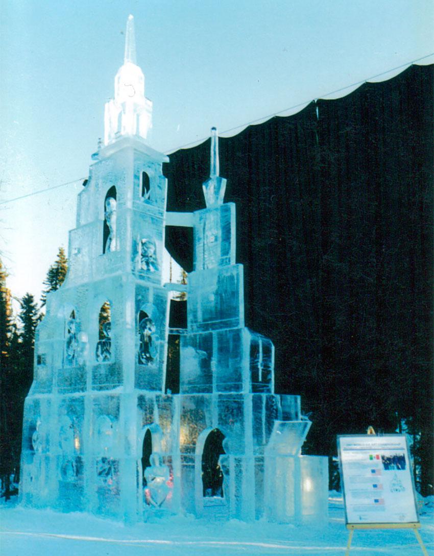 Pueblito Azul, an ice sculpture by Abel Ramírez.