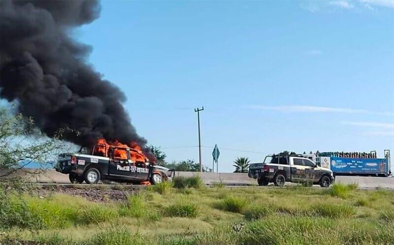 Un vehículo policial arde en el altar.